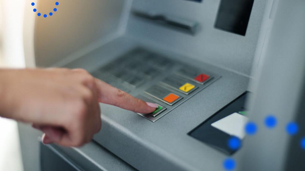 Банки, где можно недорого снимать наличные и пополнять счет